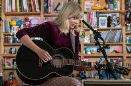 Taylor Swift se presentó en el Tiny Desk con versiones acústicas de su tema. Cusica Plus.