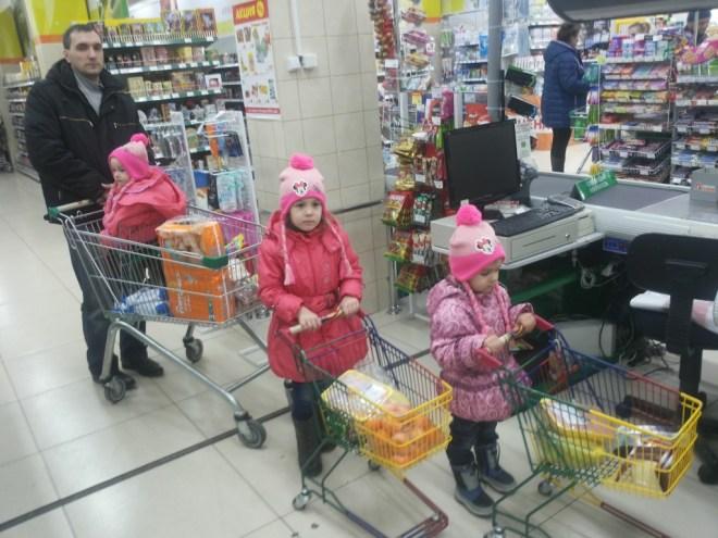 дети-погодки в магазине