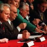 O então presidente da República Federal da Iugoslávia, Slobodan Milosevic (à esq), o presidente Alija Izetbegovic, da República da Bosnia-Herzegovina (ao centro), e o presidente Franjo Tudjman, da República da Croácia (à dir), durante as discussões iniciais dos acordos de Dayton, em novembro de 1995. Foto: U.S. Air Force/Staff Sgt. Brian Schlumbohm