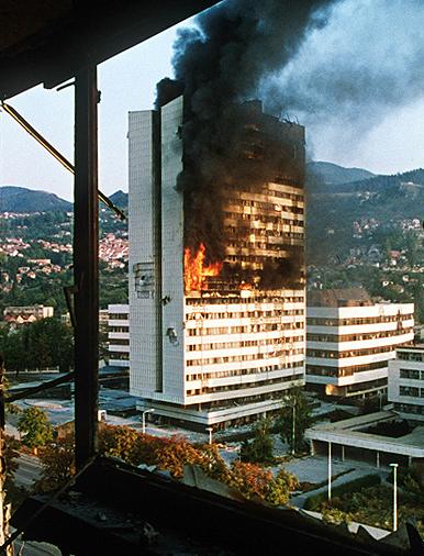 Um prédio símbolo de Sarajevo em chamas durante a guerra civil. Foto: Mikhail Evstafiev