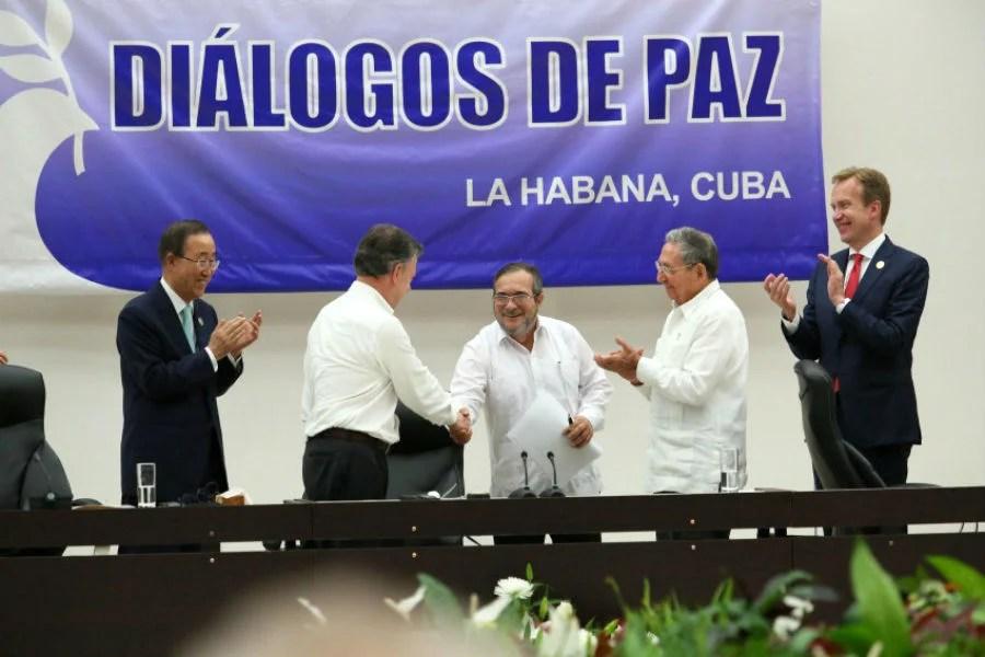 O presidente da Colômbia, Juan Manuel Santos, e o comandante das FARC, Timoleón Jiménez, assinam o cessar-fogo. Foto: Yenny Muñoa/ CubaMINREX