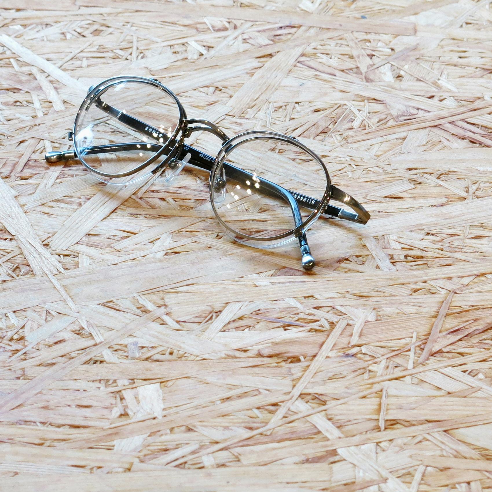 シンプルな姿の跳ね上げの複式メガネ。JAPONISM sense