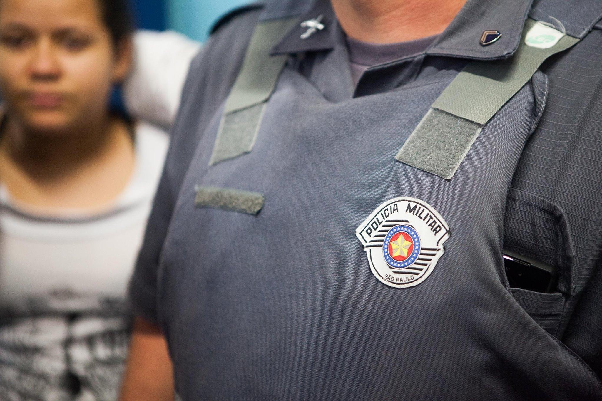Policial militar dentro da escola, de farda, mas sem identificação (Foto: Sérgio Silva)