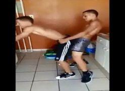 Novinhos brasileiros dançando.