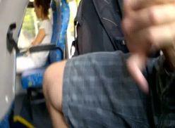 Moleque batendo punheta no ônibus.