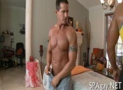Homem lindo na massagem.