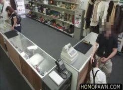 Comendo o boy no banheiro do trabalho. sexo gay amador.
