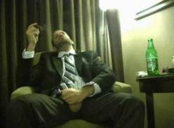 Fumando charuto e Batendo punheta de terno.