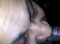 Coroa lubrificando o pau do amigo pro sexo.