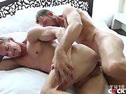 Gay sarado flex transando com o seu parceiro.