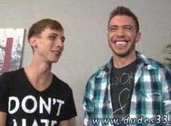 Porno gay com dois atores no boquete.