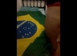 Porno Gay Amador sob a bandeira do Brasil.
