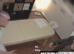 Massagista ativo pegando o cliente.