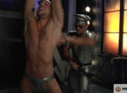 Policial metendo no coroa fortão.