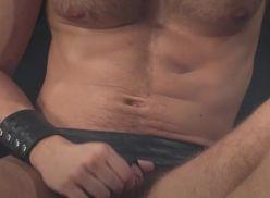 Porno Gay com Sarado colocando a piroca dura.