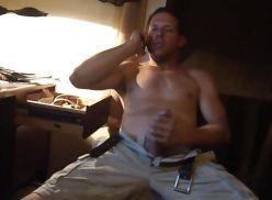 Falando ao celular e se masturbando.