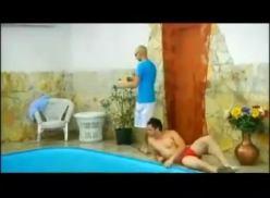 Suruba gay na piscina.