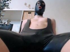 Mascarado bem largo fazendo video amador.