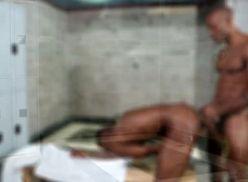 Sexo gay com negões sarados no banheiro.