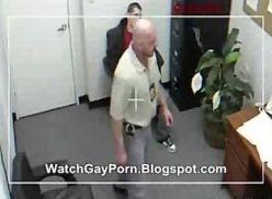 Video com coroa gay no seu escritório.