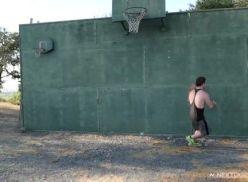 Meteu com o amigo no jogo de basquete.