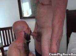 Barbudão gay caindo de boca.