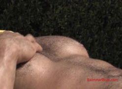 Gostoso tomando sol e batendo punheta.