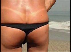 Gay de calcinha fio dental na praia