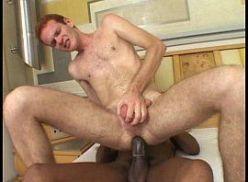 Gay ruivo dando pro negão dotado