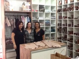 Regina, Rosângela Talarico e gerente da loja Yoga