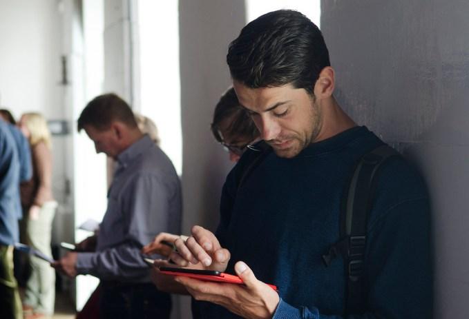 Homem utilizando um tablet