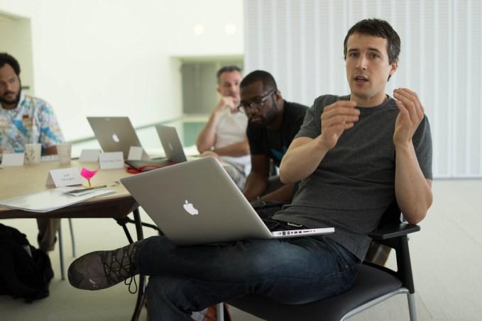 Homem com Notebook no colo