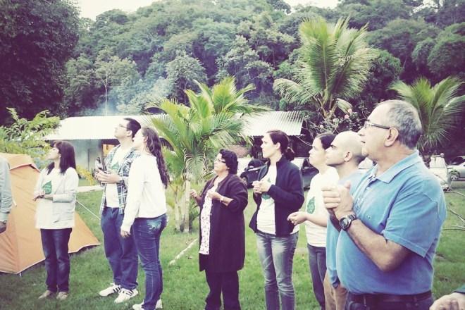 """Moacir ensina no seminário """"Despertando a Cura"""" como reconhecer as plantas, que podem estar no próprio quintal de casa"""