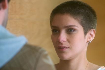 """Em """"A Lei do Amor"""", Letícia pode se salvar com transplante de medula do irmão"""