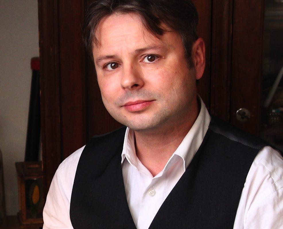 Frank Dukowski vor dem Pilzgericht Portrait