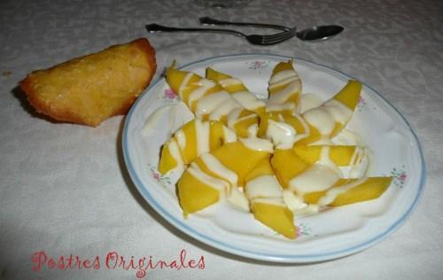 Mango con salsa de yogur y chocolate blanco