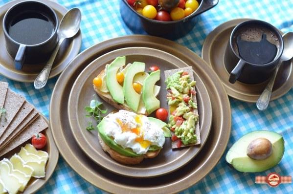 Trei idei de mic dejun cu avocado