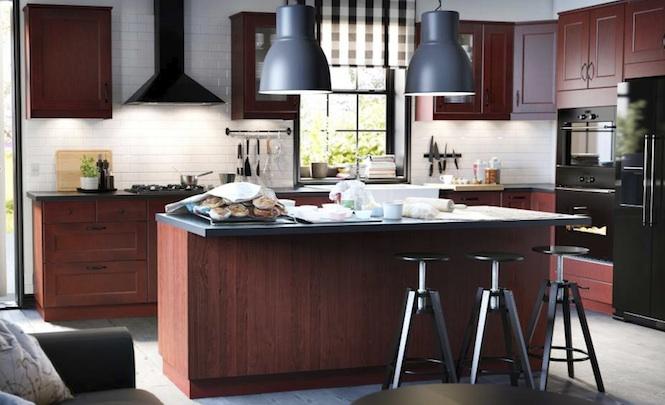 Cozinha aberta feita em madeira