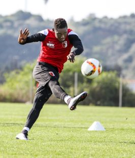Daniel Opare (FC Augsburg #4), Torschuss, Torschuss-Training, Schusstraining, FC Augsburg, Trainingslager, Estepona, Saison 2015-2016, 14.01.2016