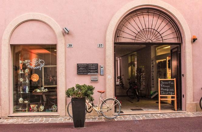 Fachada de edifício antigo em Rimini, Itália