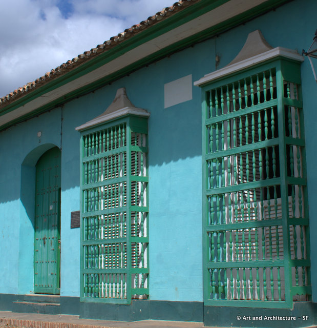The barrotes of the 18th century (seen here) were replaced in the 19th century by grilles decorated with ornamental motifs in the architecture of Trinidad