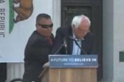 Sulmohet në podium Bernie Sanders (Video)
