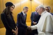 Papa nderon me medalje aktorët