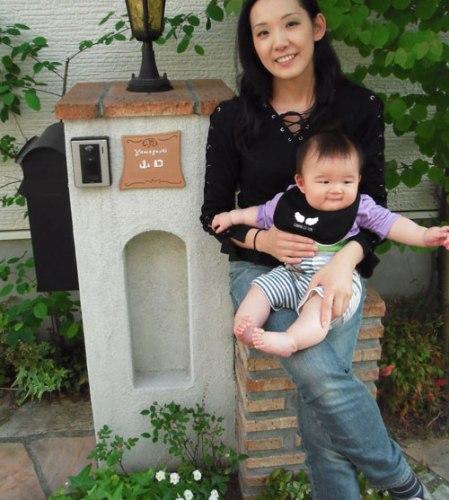 オリジナル陶器表札取付け家族写真