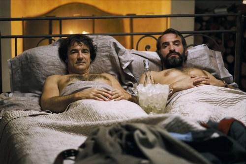 """""""Le Bruit des glaçons"""", comédie réalisée par Bertrand Blier, sortie en 2010.   Avec Jean Dujardin, Albert Dupontel, Anne Alvaro et Myriam Boyer."""