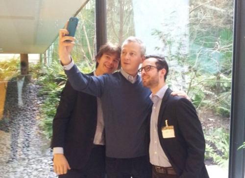 """Bruno Le Maire s'essayant à l'art délicat de la """"selfie"""""""