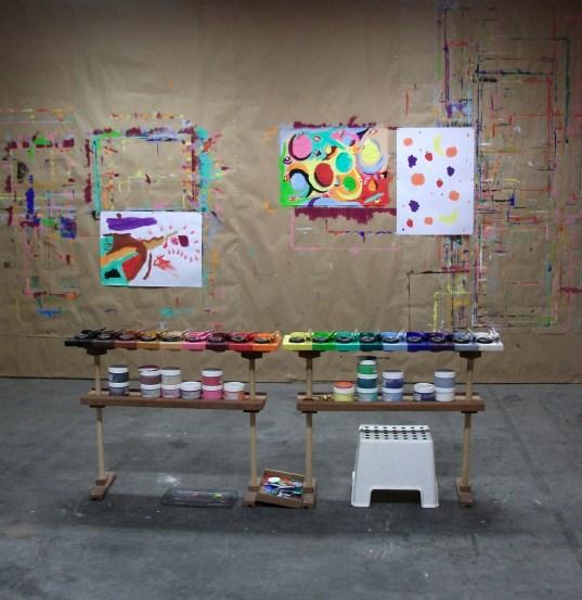 Palette de couleurs et peintures accrochées au mur dans l'atelier