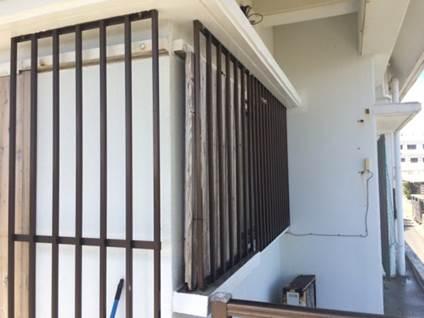 割れている部分をはつり落とし、鉄筋の錆落とし、錆止めの塗布、中性化防止剤塗布を行い枠を組んで元の形に戻しました。