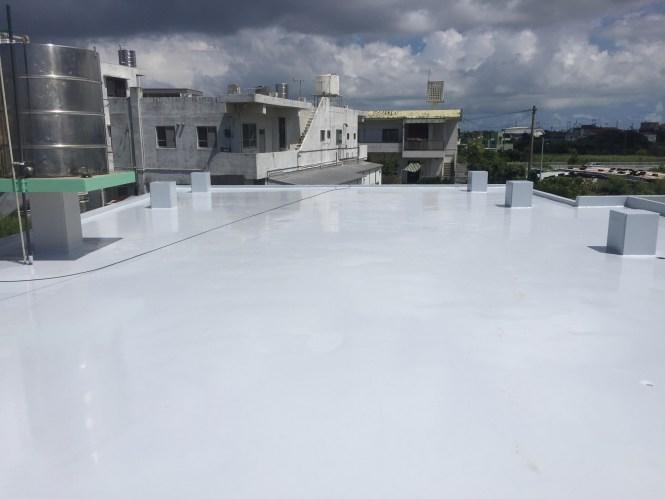 高圧水洗浄、サンダーケレン、水たまりの不陸調整、フィラー処理、コーナー処理等の下地処理を行いウレタン塗膜防水を行いました。防水保護材は遮熱効果のあるライトグレーを採用しております。