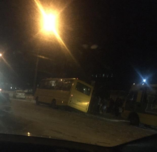 Сьогодні о 21.40 по вул. Текстильній чуть не перевернулась маршрутка з людьми